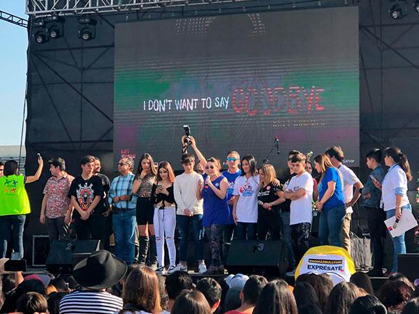 Personas y artistas comparten el escenario del Contigo Fest