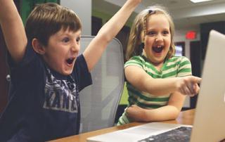 Niños jugando en computador