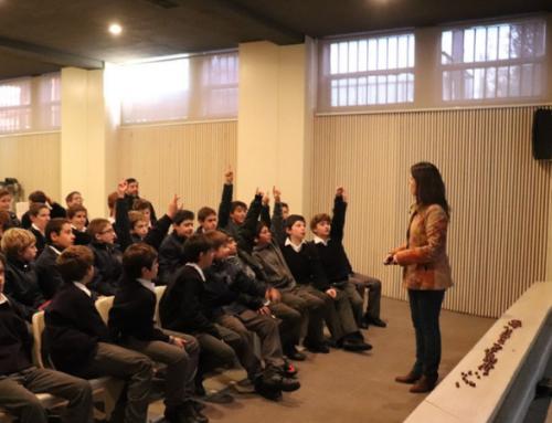 Soledad Garcés orientó a alumnos del Colegio Cordillera sobre cómo navegar por internet responsablemente